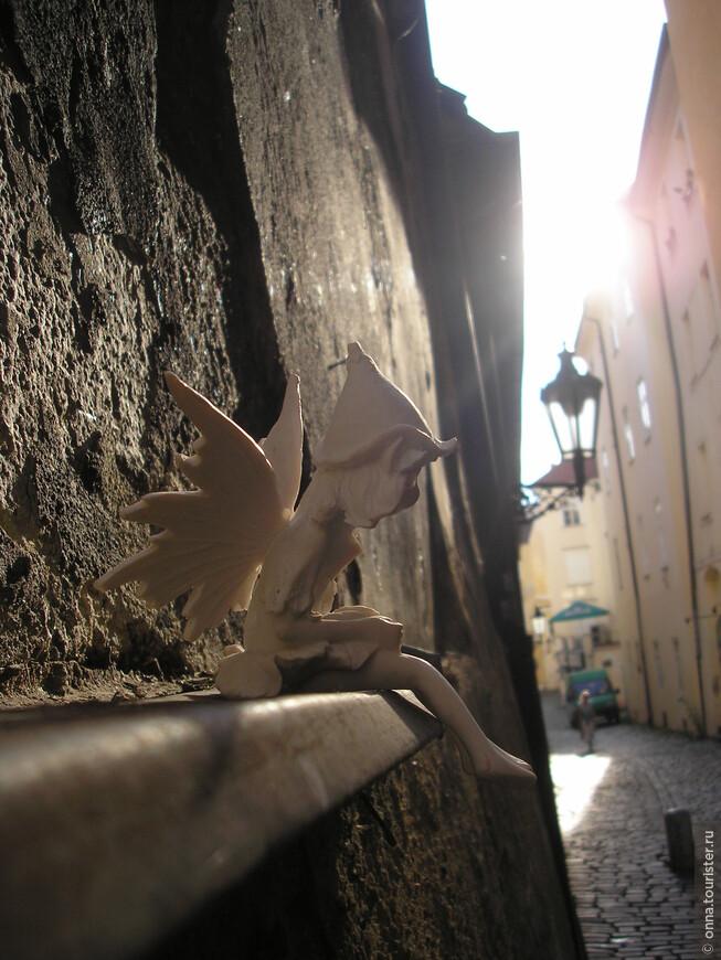 Теперь чтобы почувствовать себя ребёнком нужно совершить глупость, чтобы окружающие сказали: «Ты наивен, как ребёнок»  Может попробуем почудить, погуляем по Праге с куклами? Представим, каким становится мир когда в нём летают эльфы, смеётся прохожему Пертушка, ждёт своего наездника голубой конь и ангел встречает доброй улыбкой каждого путника у входа в сказку…