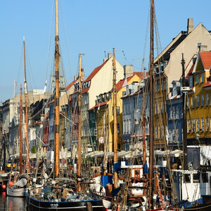"""C тех пор этот район стал местом жительства датских моряков, которые возвращались из дальних путешествий. Достаточно долго Нюхавн называли копенгагенским """"кварталом красных фонарей"""" и считали самым опасным местом в городе."""