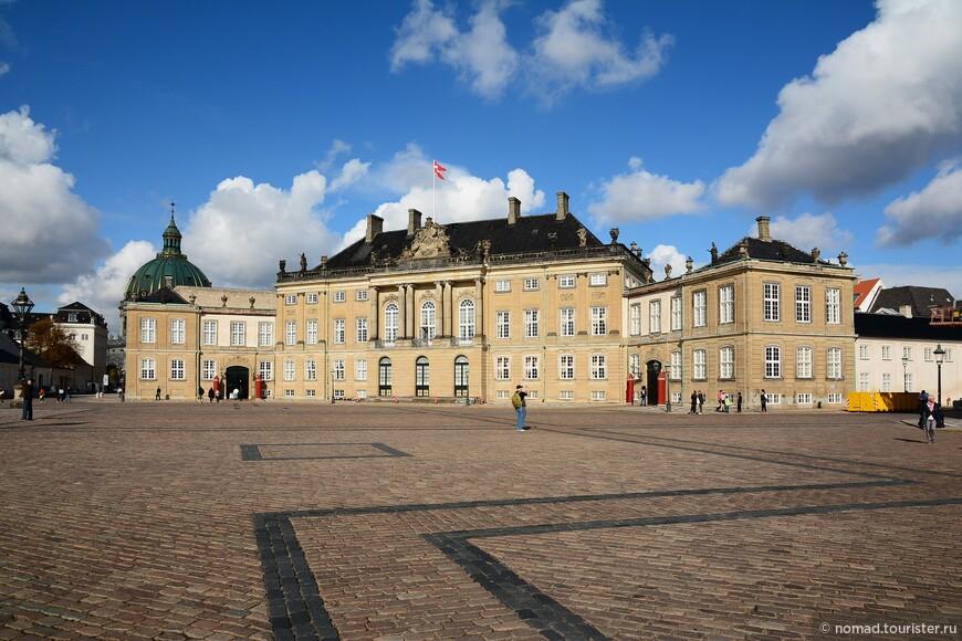 Дворец Амалиенборг, являющийся официальной резиденцией и местом проживания датской королевской семьи, состоит из четырех практически одинаковых зданий, расположенных по углам восьмигранной Дворцовой площади. Само собой, что по площади можно гулять - никаких оград и заборов там нет, видимо датские венценосные особы куда как ближе к народу... , Комплекс был построен в 1760-х годах на месте предыдущего дворца, сгоревшего в пожаре 1689 года. Назван он по имени королевы Софии Амалии, жены Фредерика III.