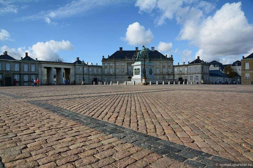 В центре площади стоит конная статуя короля Фредерика V (король Дании и Норвегии в 1746-66 годах), изображенного в образе римского императора.