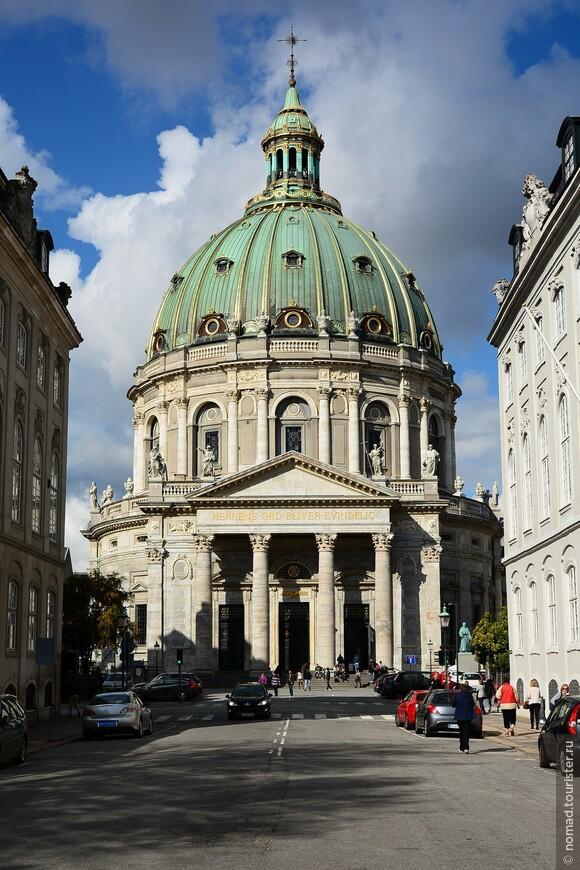 Однако оставим почетный караул в покое, и пройдем в великолепную церковь Фредерика. Это тоже известный датский долгострой.
