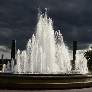 Еще раз посмотрим на фонтан, расположенный между входом на площадь и парком Амалиенхавн. На фоне такого драматичного неба он выглядит очень даже ничего!