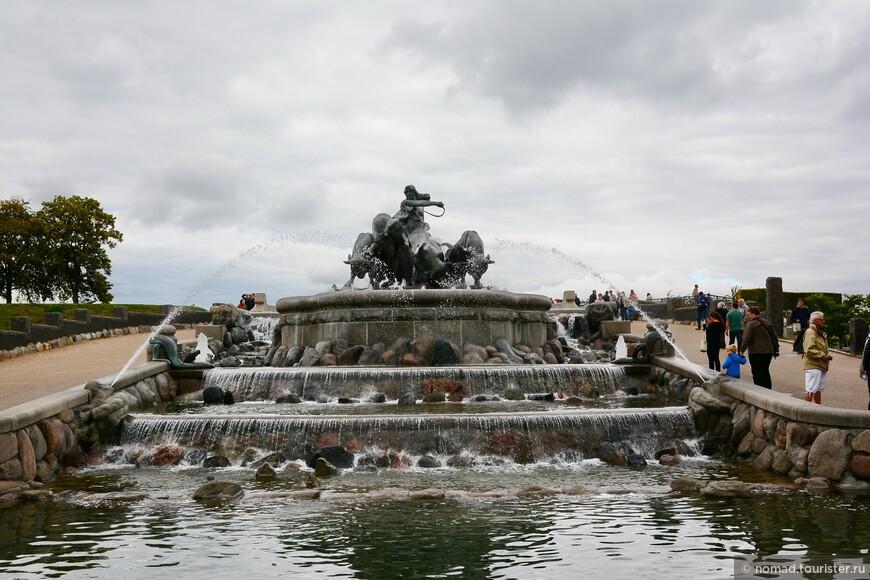 Сам фонтан был подарен городу известной компанией Carlsberg в честь пятидесятилетия с ее основания. Композиция была построена в самом конце 19 века, а заработал фонтан в середине лета 1908 года. Хочется верить, что в тот момент из труб била не вода, а Карлсберг.... ))))