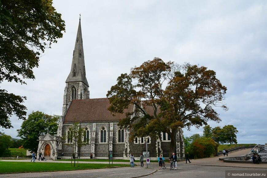Церковь Санкт-Альбанс также появилась благодаря королю, но на этот раз - британскому. Она была построена в готическом стиле по распоряжению принца Уэльского Эдварда (будущего короля Эдварда VII) в 1887 году.