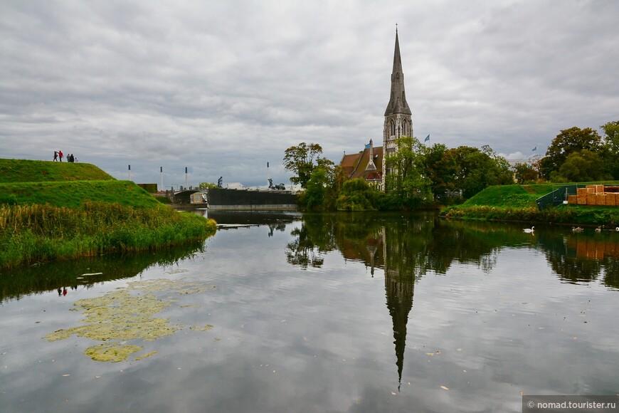 Церковь стоит на берегу канала, по периметру окружающего замок Кастеллет, куда мы наконец и отправимся...