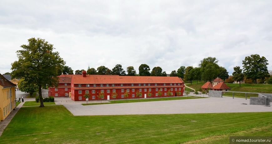 На территории крепости стоят такие яркие приземистые казармы, где живут солдаты.
