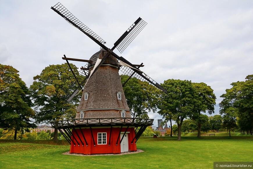 Голландская мельница - в свое время крепость могла существовать автономно, тут, помимо церкви, была своя пекарня и даже тюрьма... )
