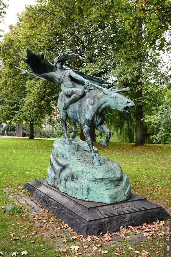 Распрощавшись с грустной Русалочкой, мы, мимо скульптуры бешеной лошади, уходим обратно в город...