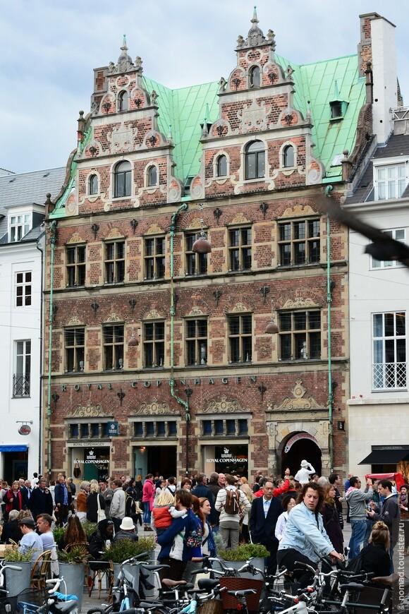 Одной из достопримечательностей площади является вот этот домик, построенный, не поверите, в 1616 году в стиле датского возрождения. Это один из старейших домов в Копенгагене. Сейчас в нем, на первом этаже, расположен Королевский магазин фарфора.