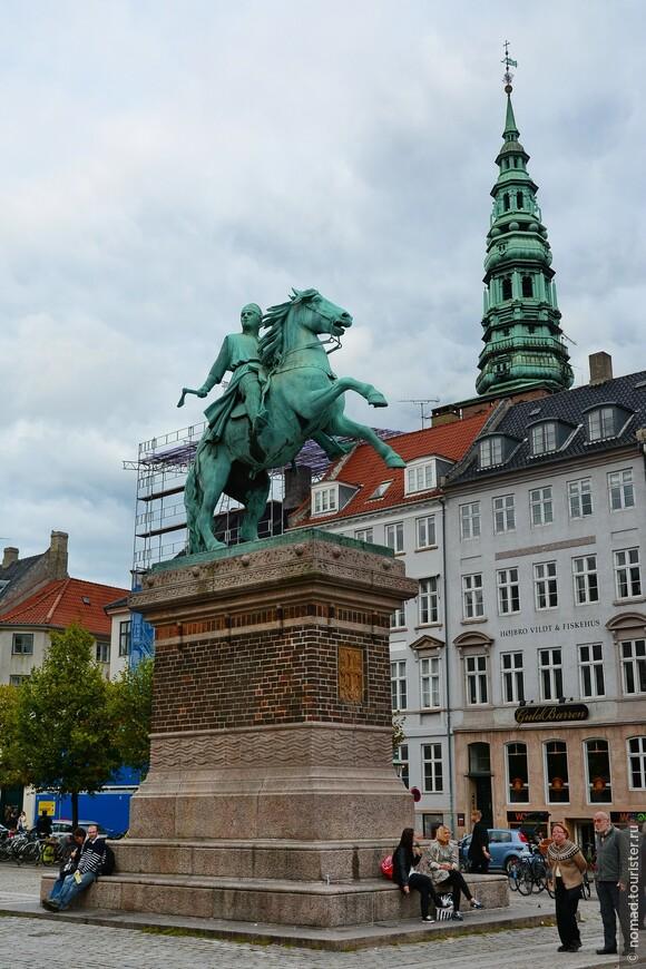 На площади мы видим еще один конный памятник, установленный в 1902 году - на этот раз епископу Абсалону. Абсалон, живший в 1128-1201 годах, считается основателем Копенгагена (1167 год). Он был советником королей, дипломатом и архитектором... Он и построил первый форт, вокруг которого возник город, ставший столицей Дании...