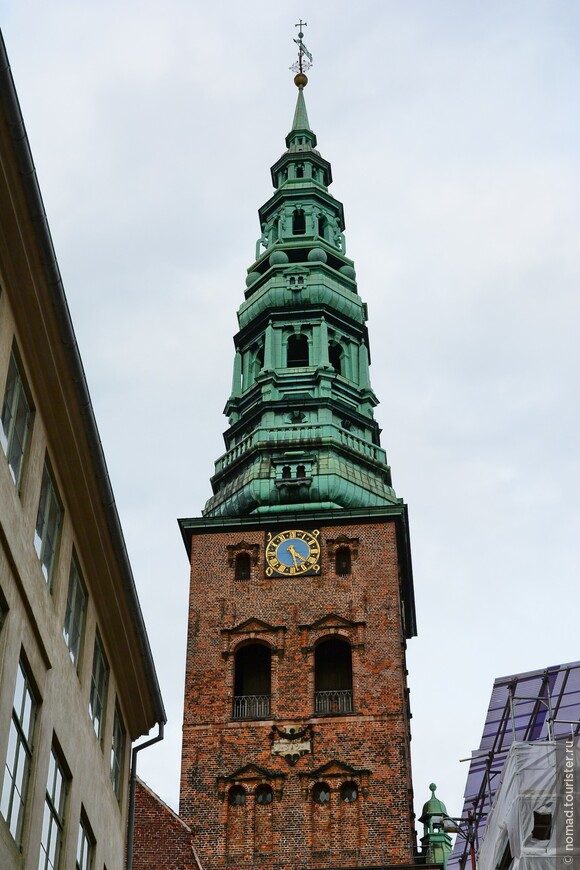 Церковь Святого Николая видна не только с площади Хойбро, рядом с которой она расположена, но и из многих районов города. Она была построена в начале 20 века на месте сгоревшей в 1795 году древней Николаевской церкви (13 век).