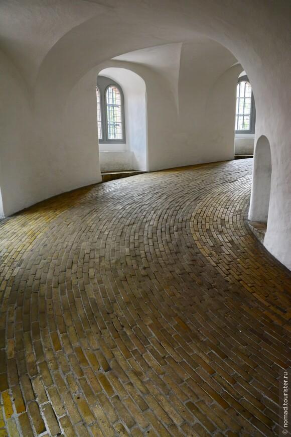 """Ступеней внутри башни нет - наверх надо подниматься по такой спиральной """"дороге"""", протяженностью 210 метров. Такой подъем был сделан для того, чтобы наверх можно было подняться на лошади или в повозке. Говорят, что в 1716 году на вершину башни на лошади въехал Петр I, которого сопровождала супруга в карете, запряженной шестеркой лошадей. Пусть знают наших!!!"""