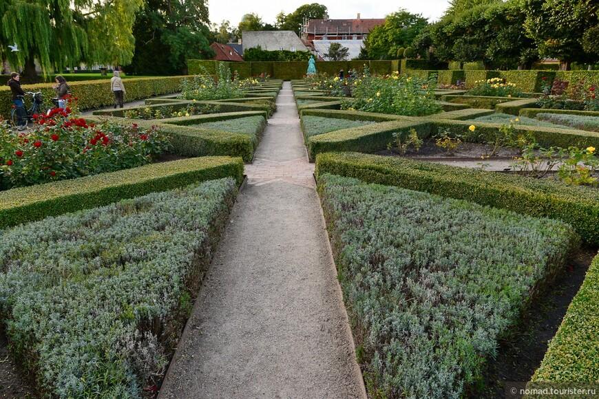 Лучше пройдем в Королевский сад, раскинувшийся вокруг дворца. Конечно, сентябрь не самое хорошее время для любования цветами, но сад аккуратен и красив, что делает его самым популярным парком Копенгагена.