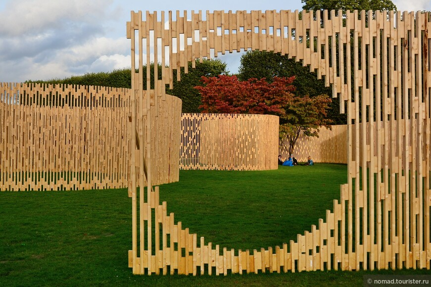 На полянке около сада были расположены такие странные деревянные инсталляции....