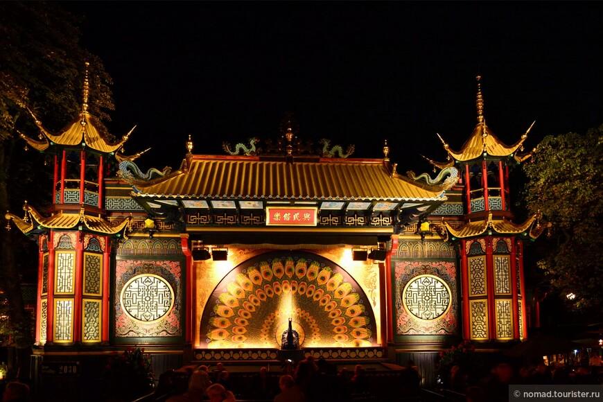 Вечерний Тиволи несказанно хорош! Если нет желания кататься на аттракционах (а у нас его не было), то по нему можно просто погулять, любуясь на китайский театр.....