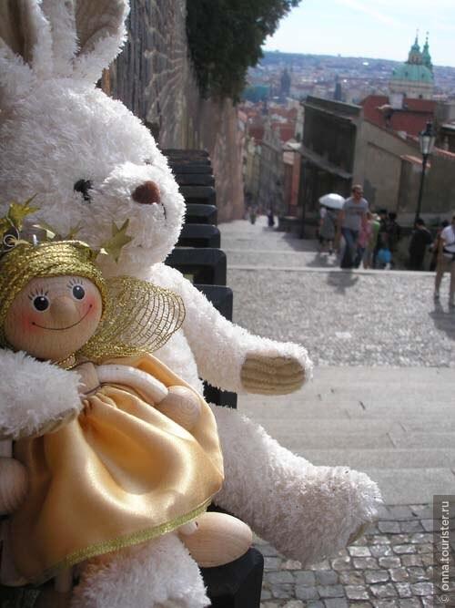 Уставшие игрушку нагулялись по Праге, присели отдохнуть)
