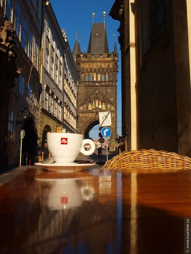 Кофе — это мостовая из прошлого в будущее. Попробуйте быть в самом центре - на Карловом мосту и загадать там желание.