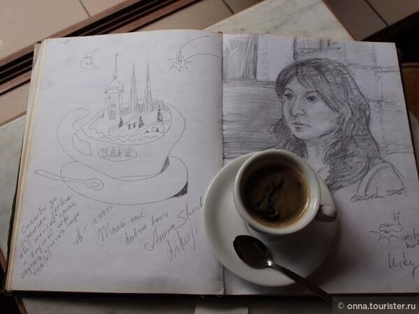 """Слева мой рисунок """"Прага в чашке кофе"""" он сделан много лет назад. Такой рисунок мы с Вами оставим в пражской каварне, а через несколько лет найдём его в библиотеки кафе. Стабильность - хорошее качество."""