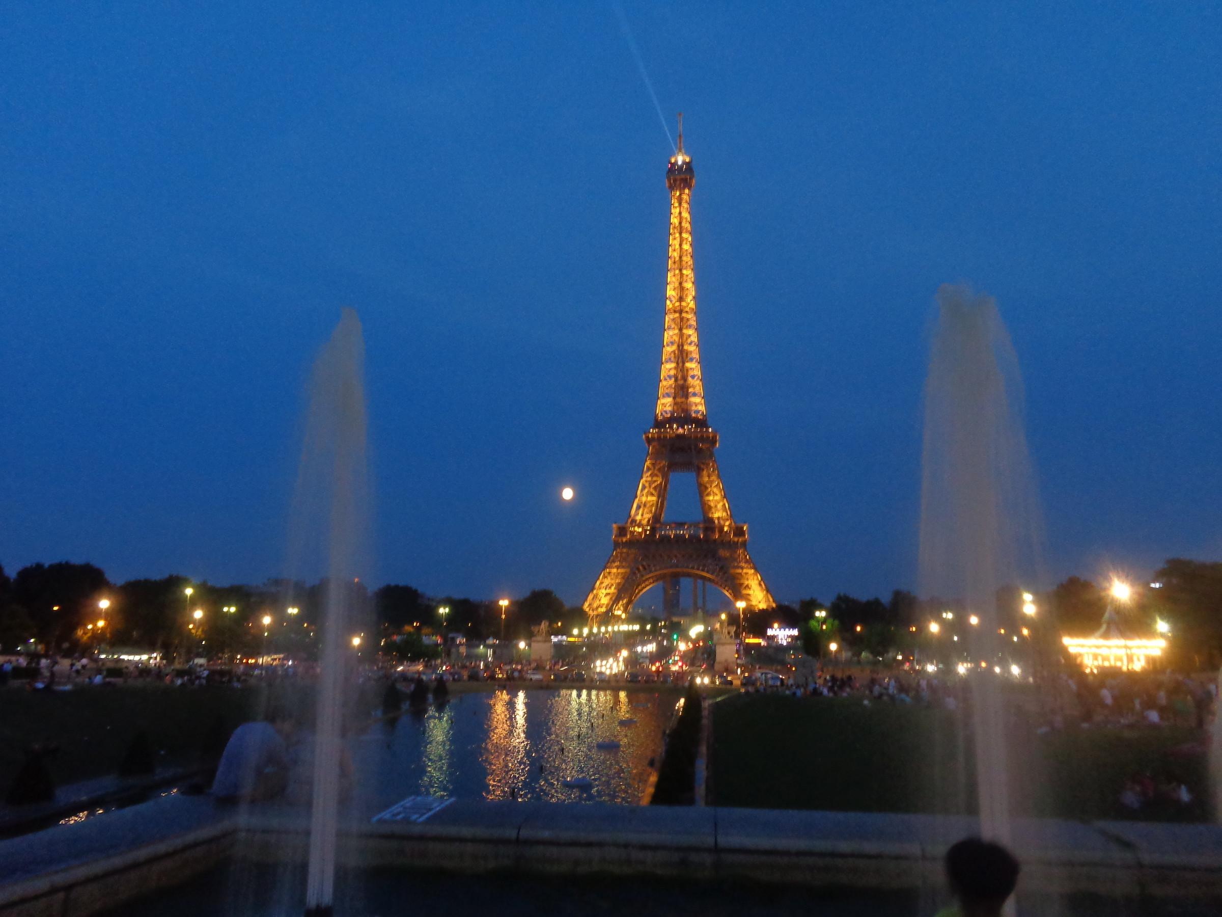 """Инженерное """"чудо"""" французского инженера Гюстава Эйфеля-символ Франции. Была сооружена для Всемирной выставки в 1889 году. Высота 320 метров вес 7000 тонн. На вершину можно подняться на лифте или пешком, преодолев 1710 ступенек!, Париж"""