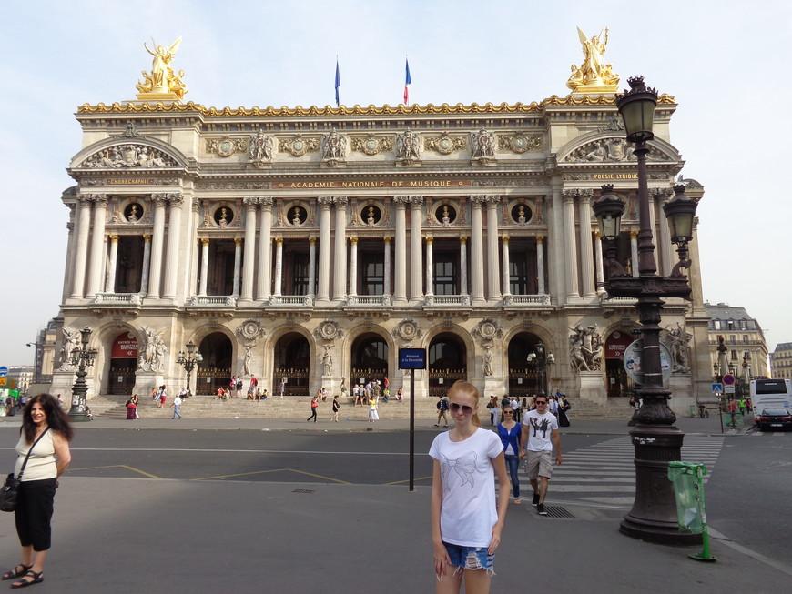 Парижская опера - крупнейший в мире оперный театр. Здание было построено по проекту архитектора Гарнье в 1862-1875 годах.