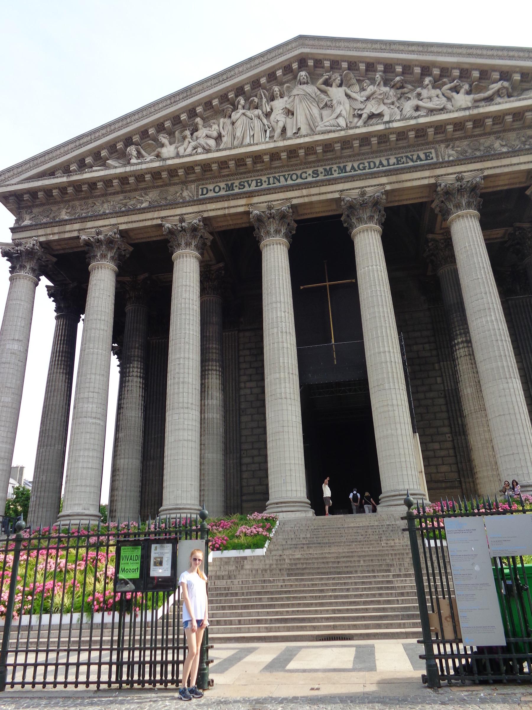 Собор Марии-Магдалины, в простонародье Мадлен, была завершена в 1814 году архитектором Виньоном. Своим видом с колоннами напоминает классический греческий храм., Париж