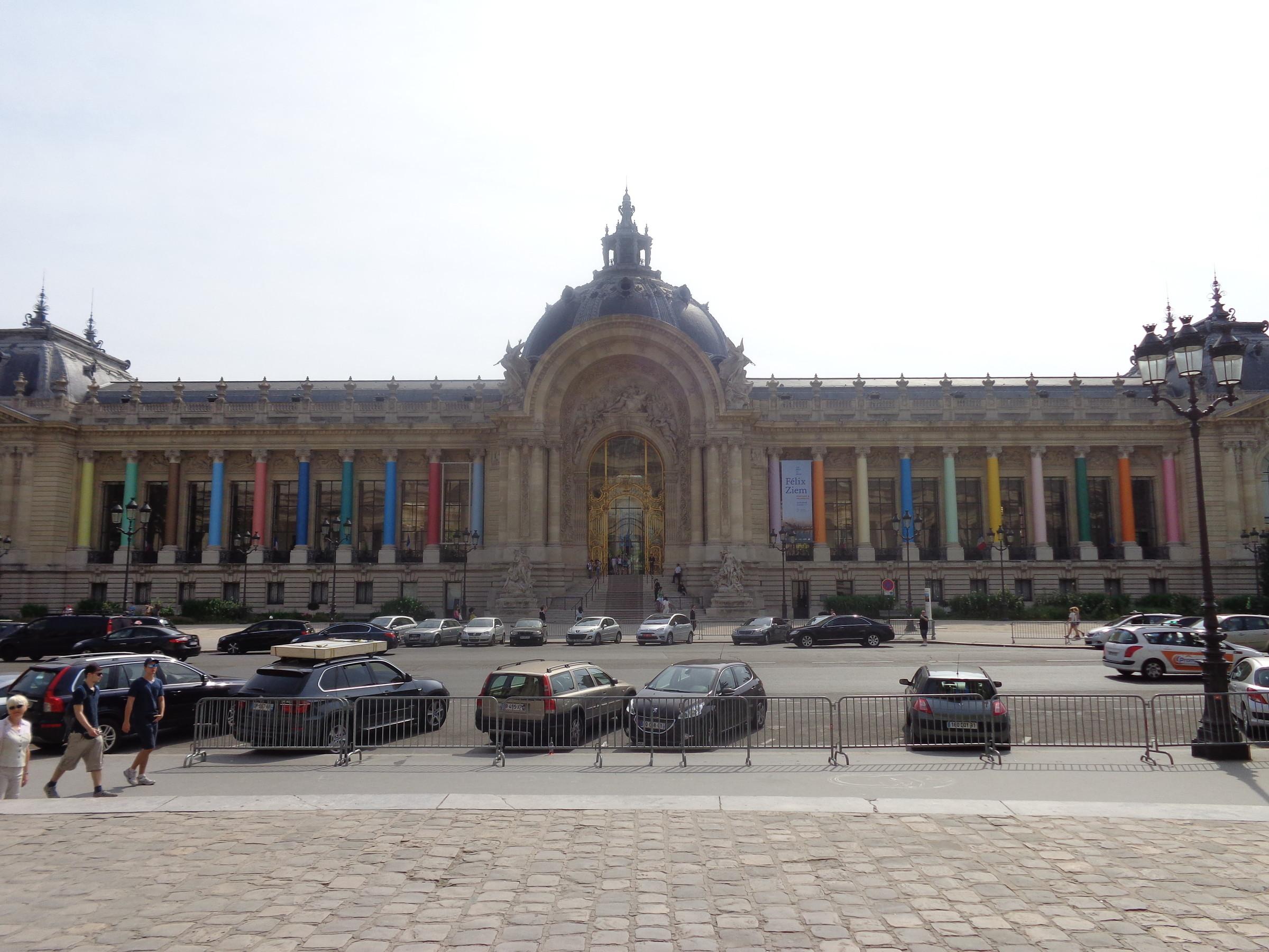Малый дворец в котором размещены коллекции картин художников XIX-XX веков, а так-же картины и рисунки художников более ранних веков, предметы античного периода., Париж