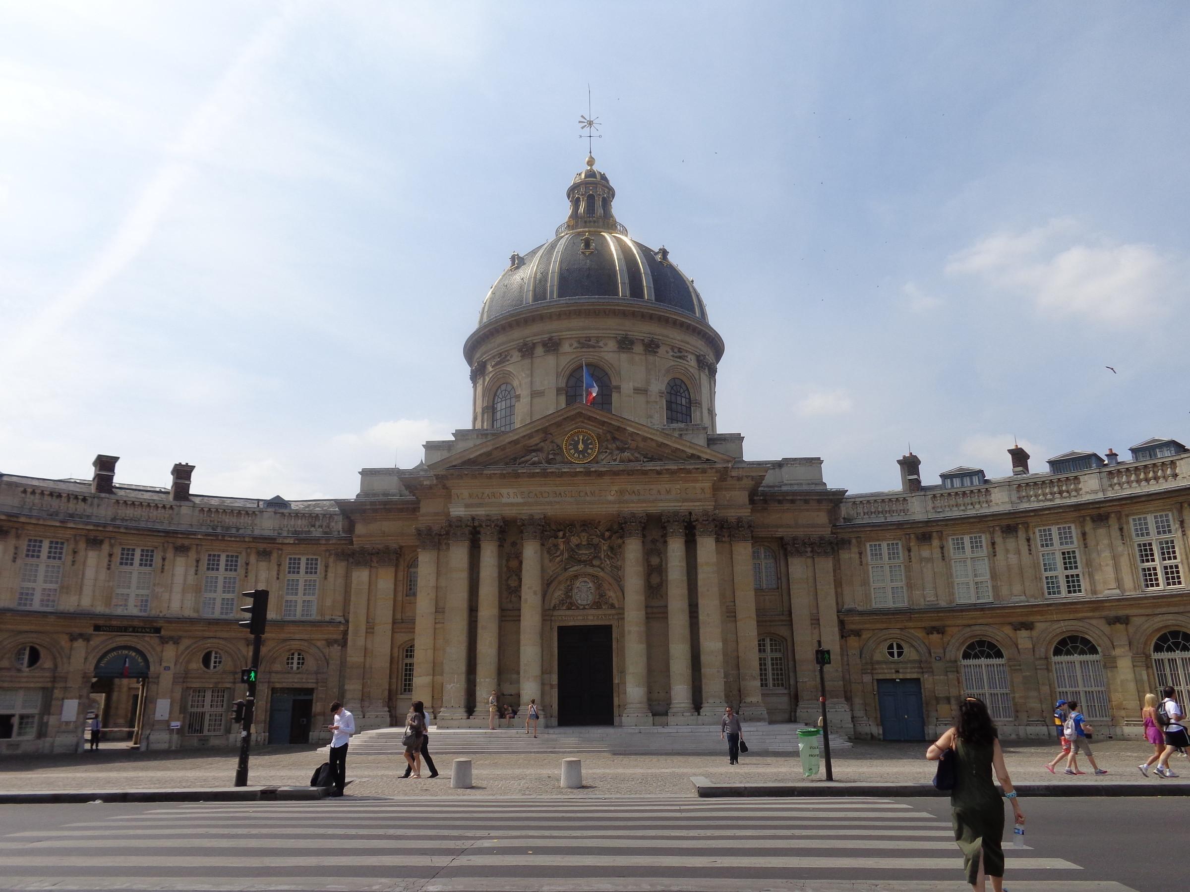 Институт Франции, здание было построено в 1665 году, как посмертный дар кардинала Мазарини. Буквально за три дня перед смертью в 1661 году, он завещал 2 млн франков на строительство колледжа на 60 студентов., Париж