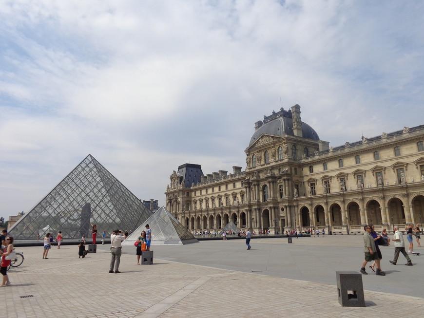 Лувр-бывшая резиденция французских королей, а ныне всемирно известный музей. Главный вход находится в пирамиде во дворе Наполеона. Чтобы не стоять в очереди за билетами, а она иногда бывает длиной, можно заказать по интернету на сайте музея.