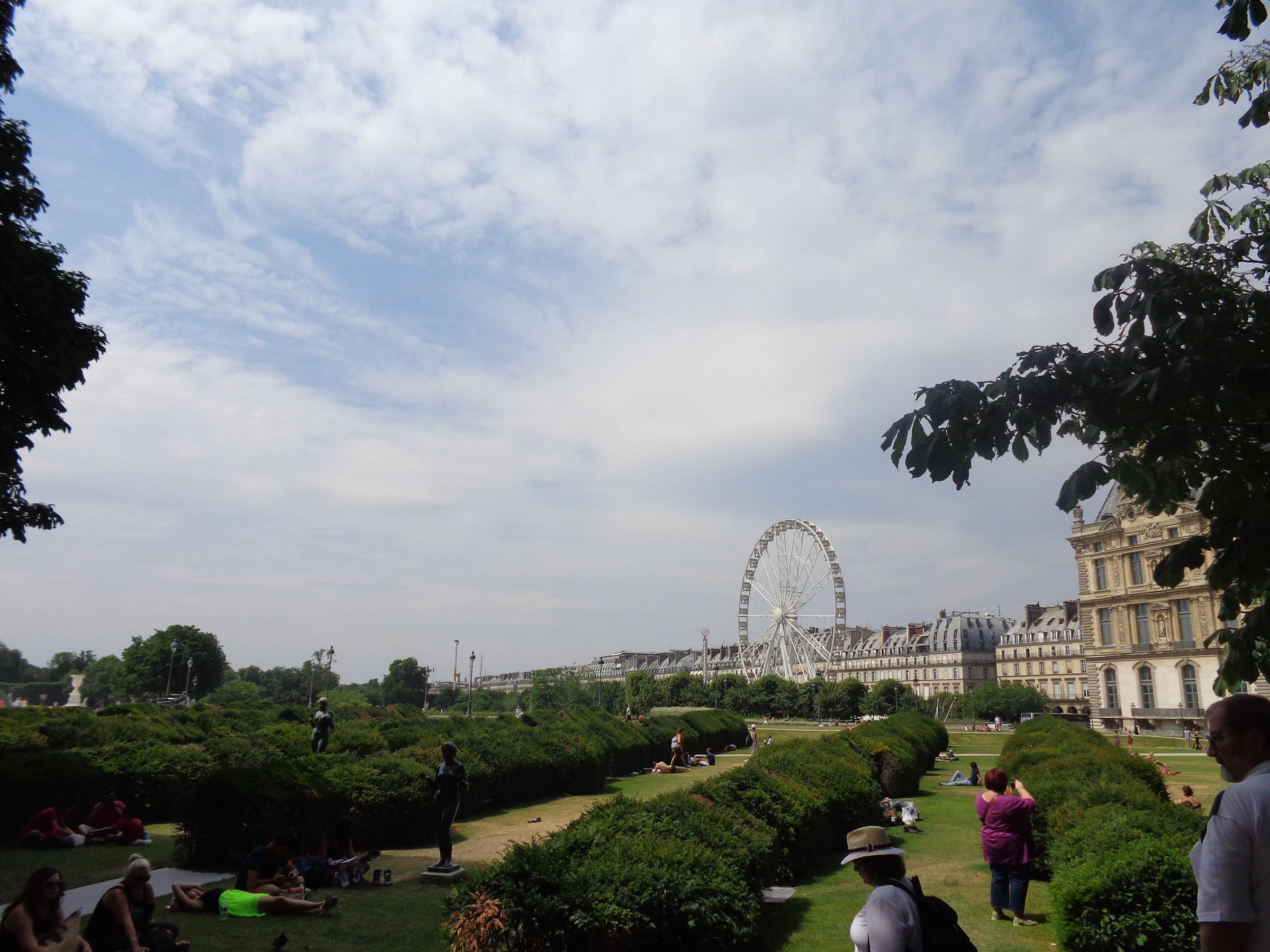 Парк Тюильри. когда -то на месте этого городского парка находился одноименный дворец, разрушенный в дни французской коммуны, начавшейся в 1871 году., Париж