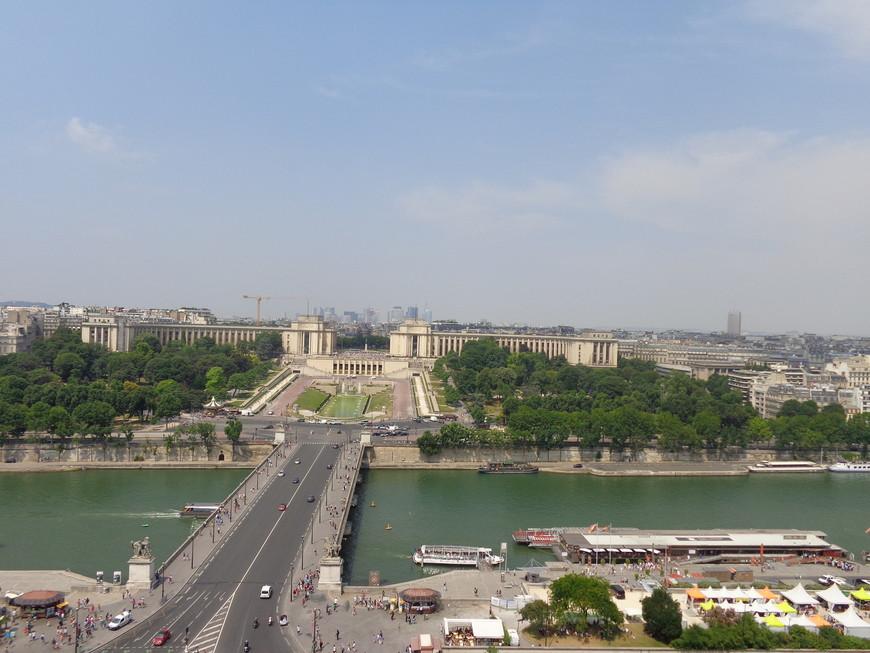 Вид с Эйфелевой башни на реку Сена и на дворец Шайо.