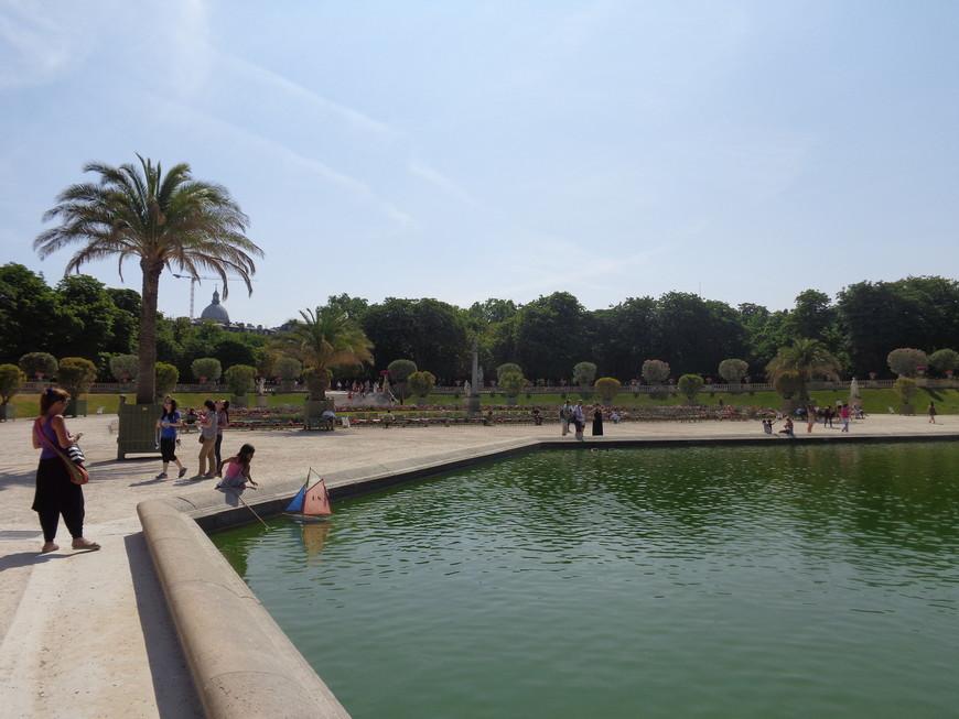 Люксембургский сад занимает площадь 23 га.