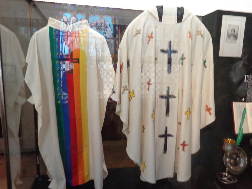 """""""торжественные"""" одежды священников собора Парижской Божьей матери."""