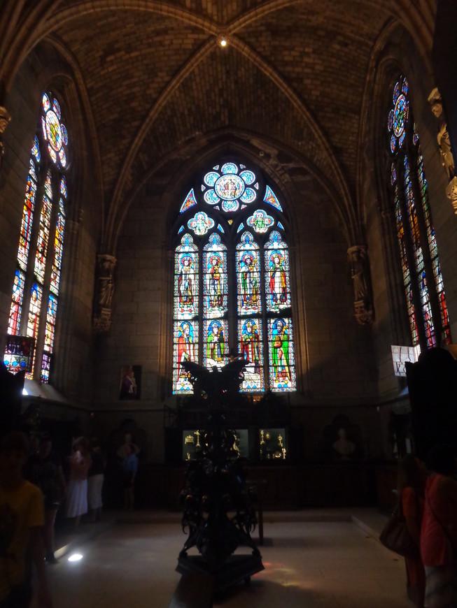 Витражи и внутренние интерьеры Парижского собора Божьей матери.