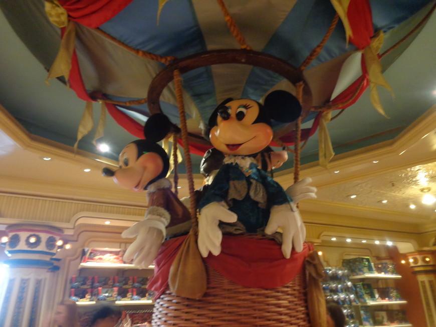 как же может обойтись Диснейленд без главного персонажа Микки-Мауса?! Официальным днем рождения считается 18.11.1928 года и почти 20 лет до 1947 года его озвучивал лично Уолт Дисней!