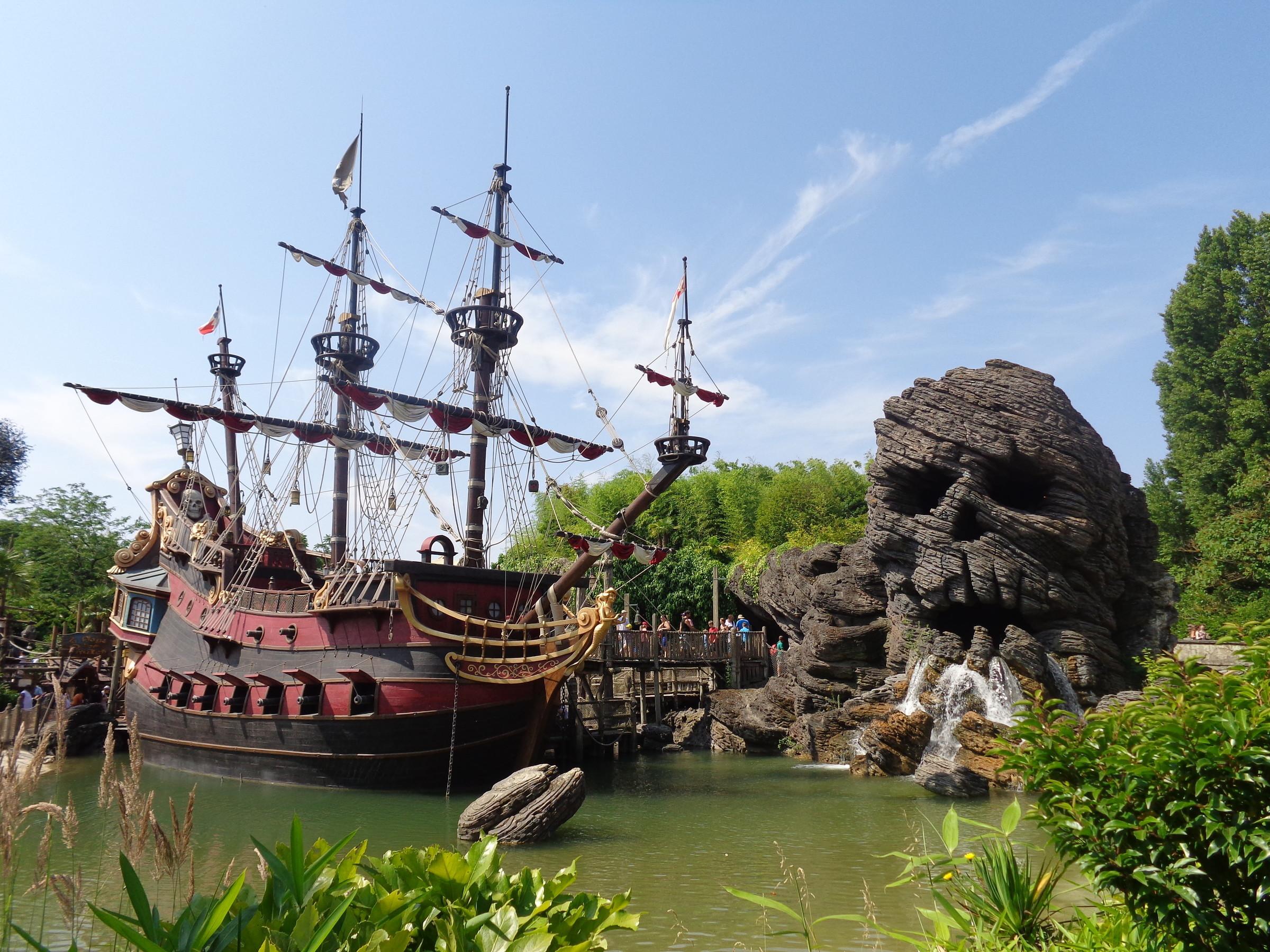 скала Черепа и пиратский корабль...где-то там на острове должен быть клад!, Диснейленд