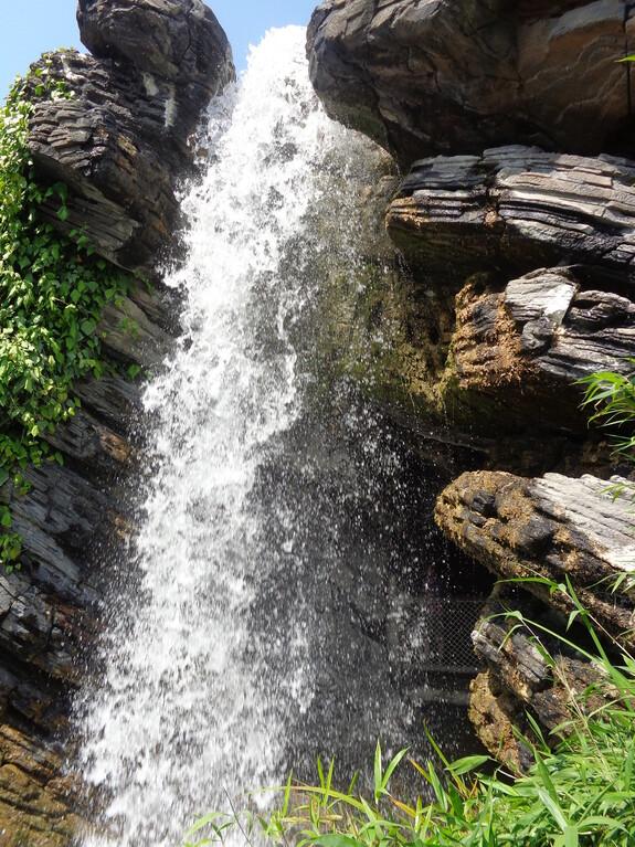 что за сказочная страна без настоящего водопада?!
