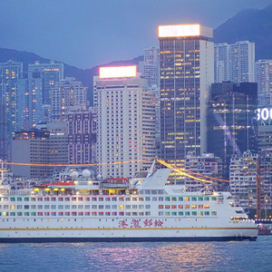 Корабли вплывают в бухту, чтобы покрасоваться самим и полюбоваться городом.