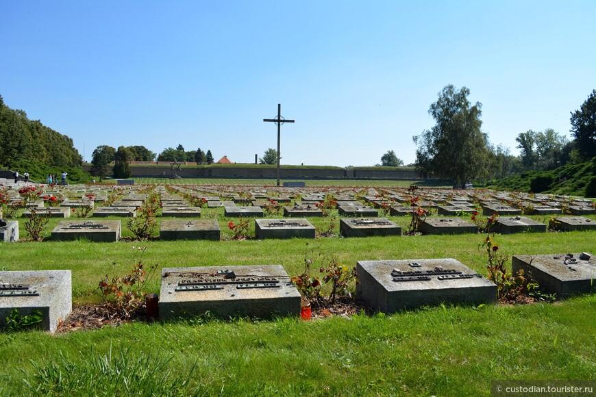 Национальное кладбище, расположенное перед входом в крепость. Возникало постепенно с 1945 по 1958 гг.