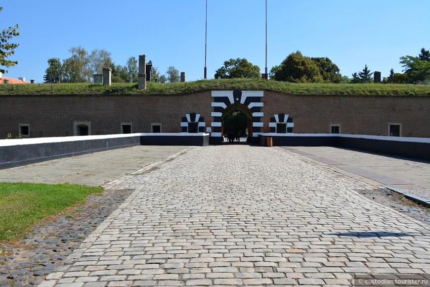 Вход в крепость. С конца XIX века в крепости находилась тюрьма, которая в годы Первой мировой войны использовалась как лагерь для военнопленных.