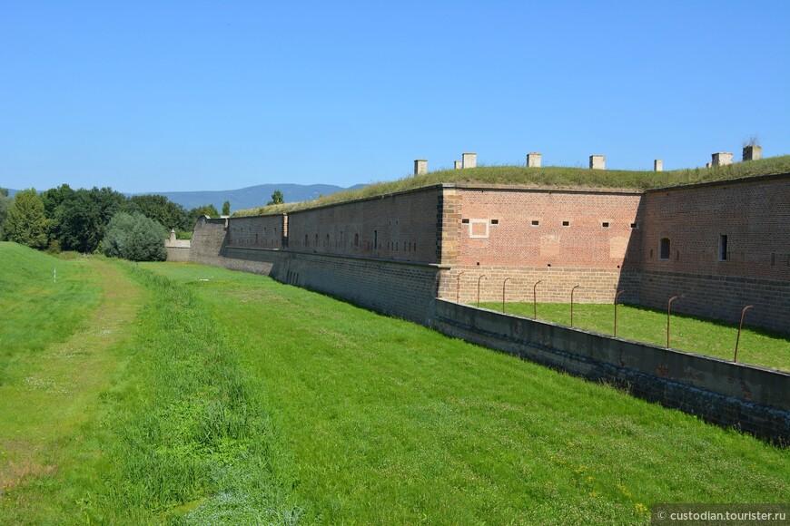 Малая крепость возникла в конце 18 века как одна из частей фортификационных сооружений. В честь императрицы Марии Терезии форт получил название Терезин. В стенах крепости, расположенной на почти 400 гектарах, проложены километры ходов. Крепость могла вместить и продержать на запасах продовольствия 3-4 месяца 60 тыс. человек.