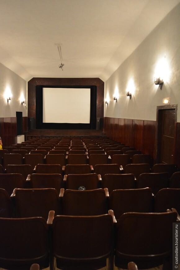 В настоящее время здесь демонстрируются документальные фильмы о Терезине.