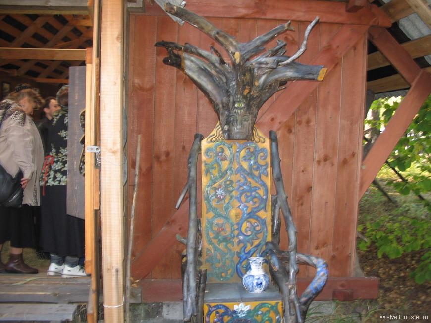 Скульптуры Велимира Константиновича большей частью создала сама природа Мещёры, художник лишь отсёк от них лишнее. Корневища деревьев, срезы стволов, причудливые фрагменты корней - вот что является основой его произведений.