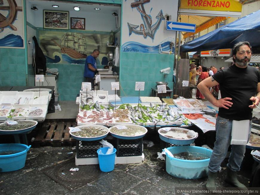 Конечно же, как портовый город, Неаполь может похвастаться обилием рыбных лавок. На фото колоритный итальянский рыбак в резиновых сапогах, предлагающий широкий ассортимент свежайших рыб, скатов, креветок, осьминогов и прочих обитателей глубин Тирренского моря.