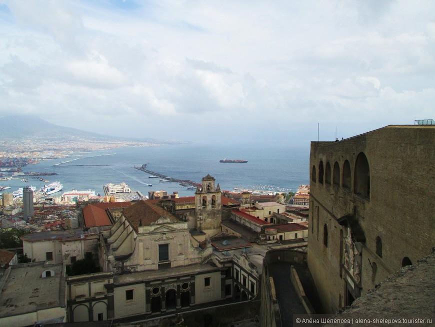Преодолев путь наверх по извилистым улочкам, мы достигли вершины холма, на котором расположена средневековая крепость Сант-Эльмо. Внутри она ничем нас не впечатлила, а вот вид со смотровой площадки стоил долгого подъема пешком. Перед нами предстал Неаполь во всей красе - панорама на Неаполитанский залив и Везувий просто захватывает дух.