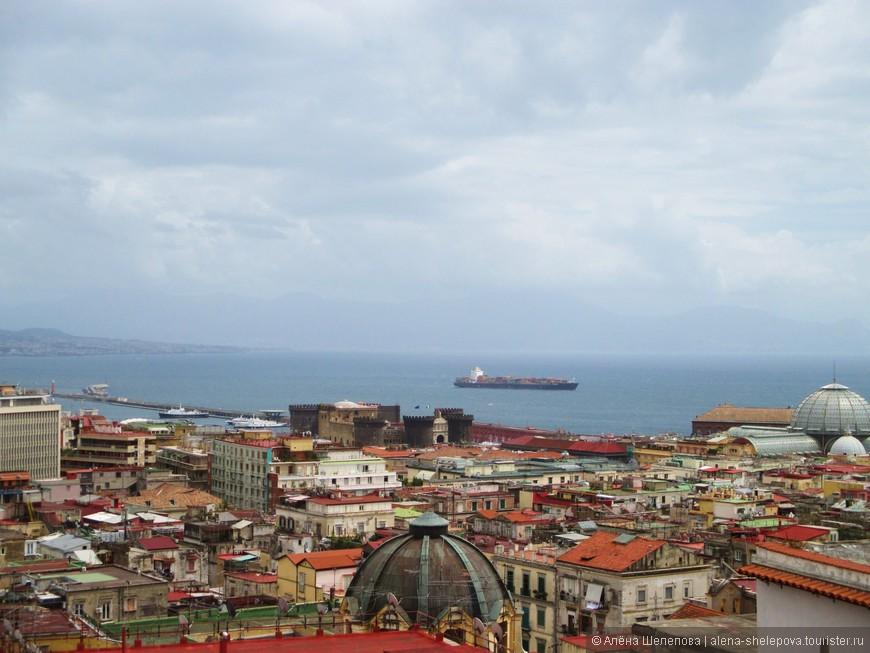 Теперь уже с высоты, мы завидели еще один замок - его зубчатые башни хорошо видны на этом фото. Мы стремглав помчались вниз, ведь день-то отведен на Неаполь всего один, а столько троп не хожено, столько замков простаивает без нашего внимания.