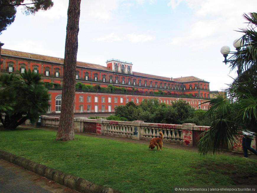 """Дорога вниз от Королевского дворца (или Палаццо Реале, как говорят итальянцы), повела нас вниз к набережной. Знайте, если вдруг потеряете память, и окажетесь в месте, где вокруг гуляют добродушные собаки с хозяевами, увидите граффити """"Ti amo"""" где только это возможно, и целующиеся парочки на каждом углу - можете не сомневаться, вы где-то в Италии."""