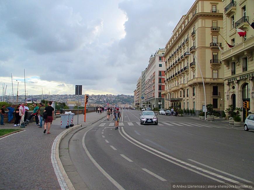 Набережная в Неаполе кажется просто бесконечной. Она вдохновляет на пробежки по утрам и даже, может быть вечерам. И видимо, не только меня, так как мимо пробегало немало народу.