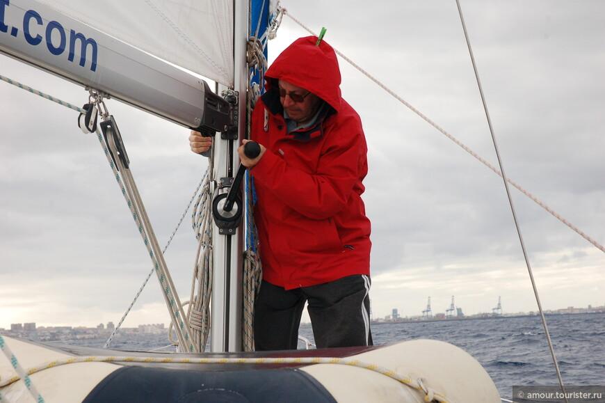 Дима работает с парусами. Впереди виднеется порт Лас-Пальмас-Де-Гран-Канариа.