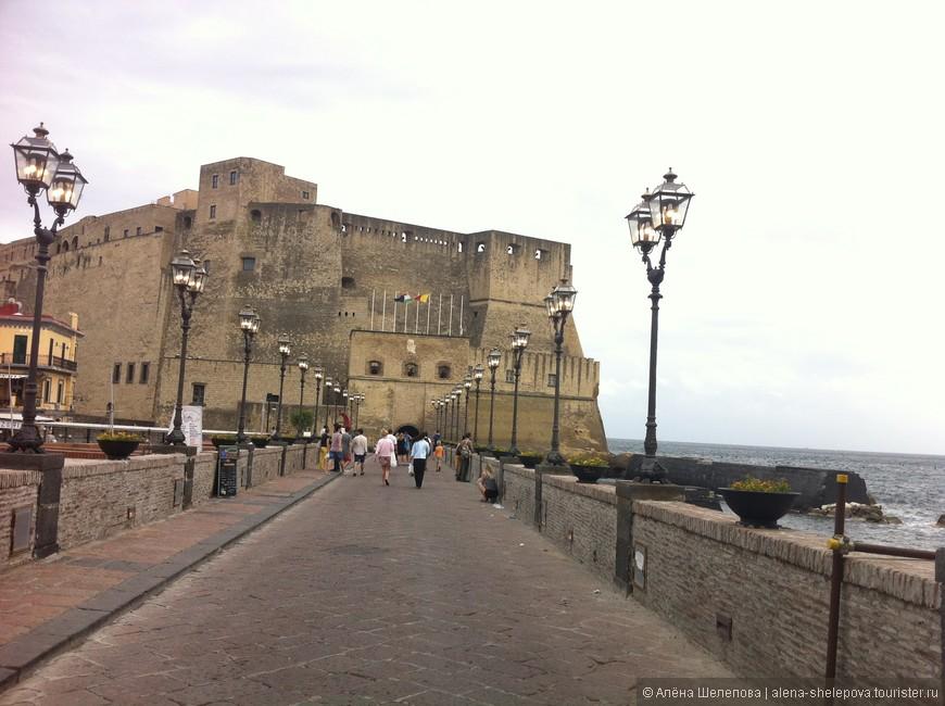 """Замок имеет название Кастель-дель-Ово, или """"Замок яйца"""". Расположен он прямо на берегу моря, а построен был еще в 12 веке. Надо сказать, что он впечатлил меня больше всего из того, что я видела в Неаполе. Какая-то чувствуется в нем особая, таинственная атмосфера каменной крепости, расположеной на берегу моря."""