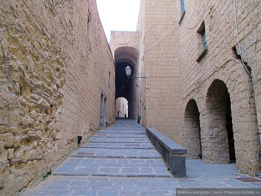Чего только стоят эти каменные стены, переходы, лестницы, которые ведут наверх, к смотровой площадке. Интересно, кто ходил по ним 500 лет назад, о чем думали эти люди тогда, как жили, свидетелями каких событий были эти стены?